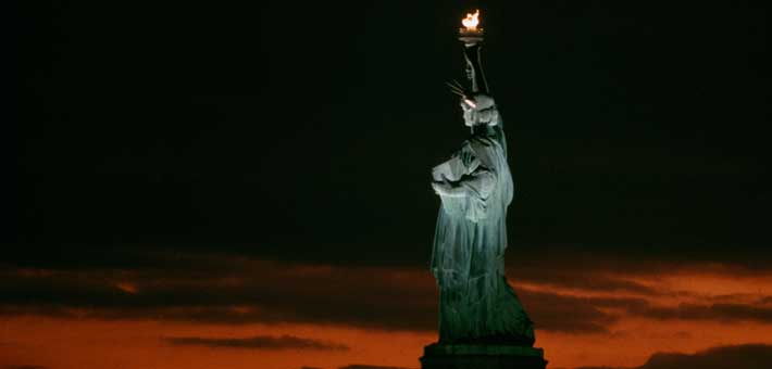 Photo of the Statue of Liberty at night