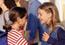 Dos adolescentes conversando