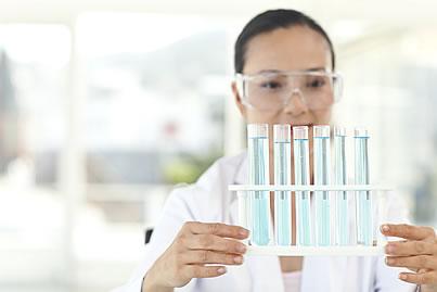 científica con tubos de ensayo