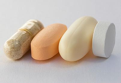 surtido de pastillas de suplementos dietéticos