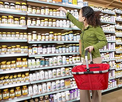 mujer comprando suplementos
