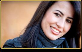 una mujer con bufanda gris sonríe