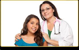Una doctora y una jovencita sonríen