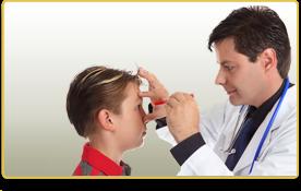 un doctor le revisa los ojos a un niño