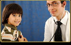 un doctor le escucha la respiración a un niño