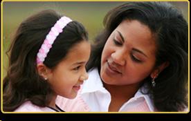una mujer le habla suavemente a su hija