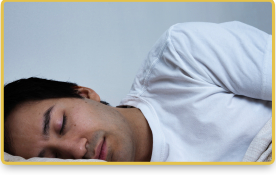 Un hombre duerme en una cama
