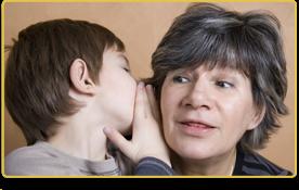 un niño le habla al oído a una mujer