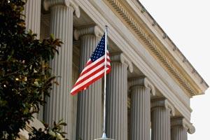 una bandera americana en frente de un edificio