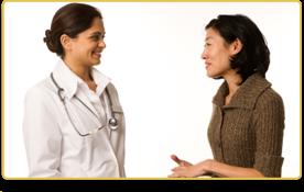 Una doctora habla con su paciente. Las dos sonríen.