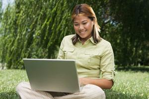 mujer que utiliza un ordenador portátil