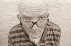 Fotografía de un hombre mayor con anteojos