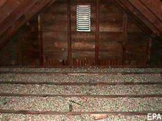 Fotografía de un ático que contiene insulación de vermiculita