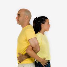 Fotografía de un hombre y una niña dándose la espalda con los brazos enlazados