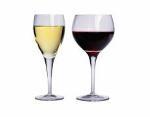 Fotografía de copas de vino blanco y tinto