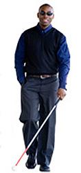 Hombre ciego caminando con bastón