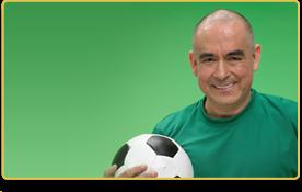 Un hombre sostiene un balón de futbol