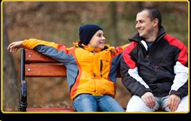 Un padre y su hijo charlan en el parque