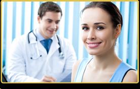 Una mujer sonríe durante su visita con el doctor