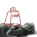 Photo of a woman experiencing chest pain or discomfort, illustrated by a super imposed sketch of a large block labelled '1 ton' on her chest.<sp!>Aprenda más sobre dolor de pecho o malestar como síntoma del ataque del corazón<!sp>