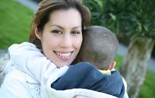 Una mujer sonríe mientras abraza a su hijo