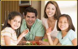 una familia comiendo verduras frescas