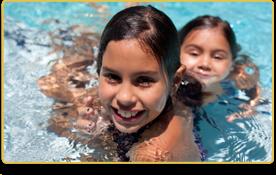 Dos niñas juegan en una piscina