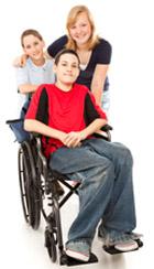 Niño en silla de ruedas al lado de su madre y su hermana