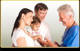 Un doctor habla con los padres de una niña pequeña