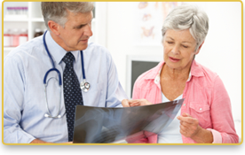Una mujer mayor revisa los rayos x con su doctor