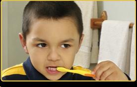 Un niño se cepilla los dientes