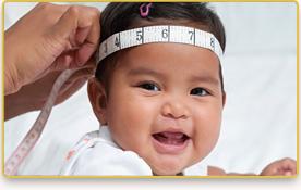 A una bebé le miden la cabeza