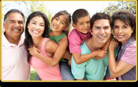 Una familia sonríe mientras se abrazan