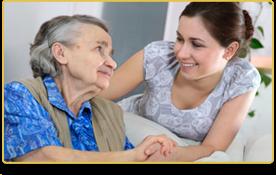 Una mujer joven mira a una mujer mayor que está sentada en el sofá