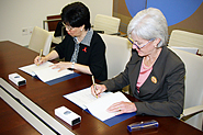 HHS Secretary Sebelius and WHO Director-General Chan sign MOU. Photo Credit: Don Conahan.