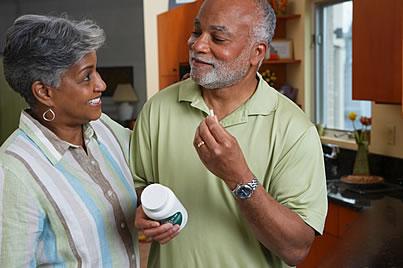 pareja tomando suplementos dietéticos