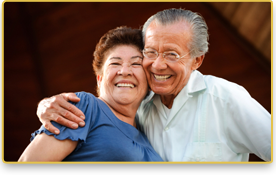 Una pareja mayor sonríe mientras se abrazan