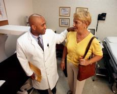 Fotografía de un doctor hablando con una paciente mayor