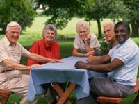 Foto de un grupo de personas en una mesa de picnic.