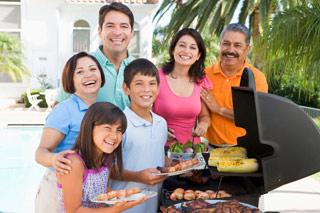 Una familia a un barbacoa