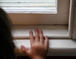 la mano de una muchacha en el alféizar de una ventana vieja