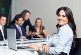 Una mujer trabajando con computadora