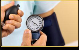 Una persona usa el aparato para medir la presión de la sangre de otra persona