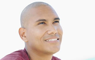 Un joven con camiseta roja mira hacia arriba