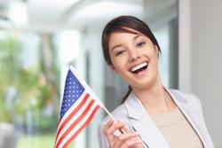 Mujer hispana con una bandera estadounidense