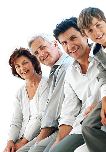Foto de uma família sorridente.