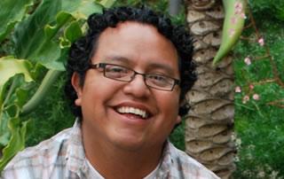 Un joven sonríe