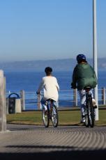 Fotografía de dos mujeres en bicicleta