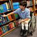 Foto de un niño con espina bífida en una silla de ruedas