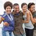 Grupo de jóvenes latinos sonriendo